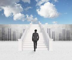 uomo d'affari che cammina sulle scale foto