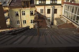 vista sui tetti delle case a Leopoli foto
