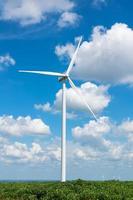 generatore di turbina eolica sul cielo blu foto