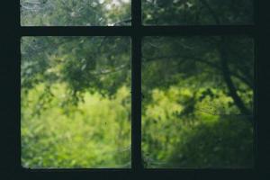 telaio della finestra durante il giorno foto