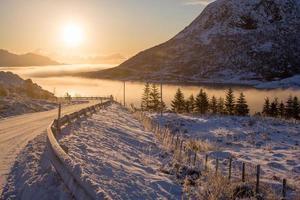 strada vicino a un corpo d'acqua nebbioso