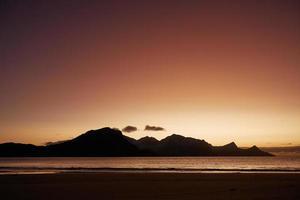 sagoma di montagne durante il tramonto