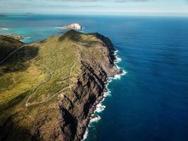 montagna costiera vicino al corpo d'acqua foto