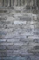 muro di mattoni grigi foto