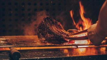 persona che griglia carne foto