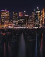 skyline di new york city di notte