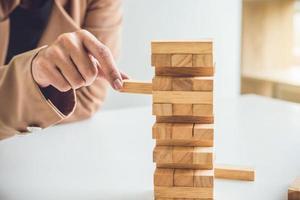 giovane imprenditrice immissione blocco di legno sulla torre foto