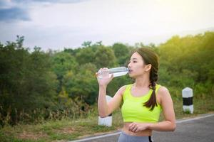 giovane donna acqua potabile
