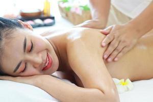 donna che ottiene massaggio alla schiena foto