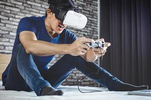 giovane uomo in cuffie da realtà virtuale