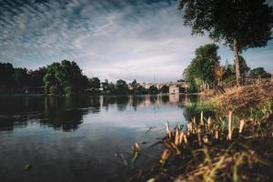 ponte sul lago durante il giorno foto