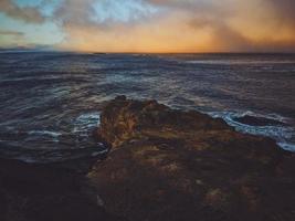scogliera di roccia marrone foto