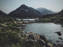 specchio d'acqua circondato da montagne