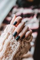 primo piano del nero opaco manicure foto