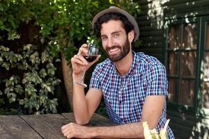 uomo del vino rosso foto
