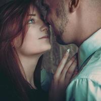 coppia di innamorati guardando a vicenda foto