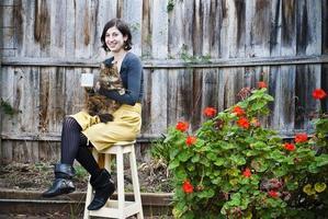 giovane donna con gatto e caffè in ambiente grunge foto