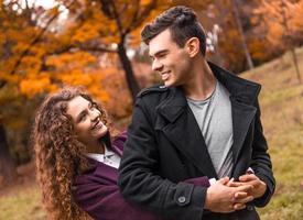 coppia in autunno a piedi foto