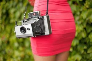 ragazza con la vecchia macchina fotografica foto