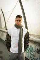 bell'uomo alla moda in piedi su un marciapiede foto