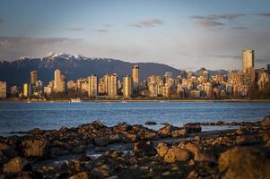 skyline di Vancouver con le montagne foto