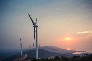 parco eolico in riva al lago all'alba foto