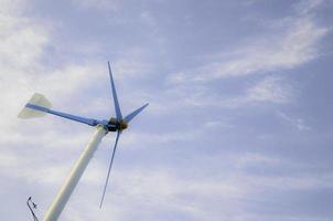turbina eolica con cielo blu