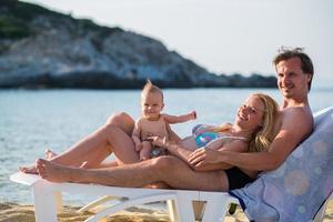 famiglia con un bambino sulla spiaggia foto