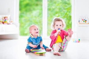 bambini divertenti che suonano musica con xilofono foto