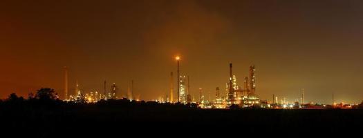 fabbrica di raffineria di petrolio petrolchimico foto