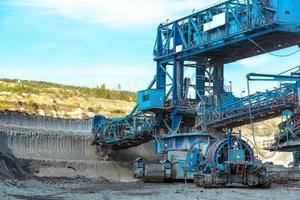 macchine minerarie nella miniera foto