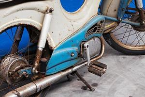 dettaglio della vecchia moto arrugginita foto