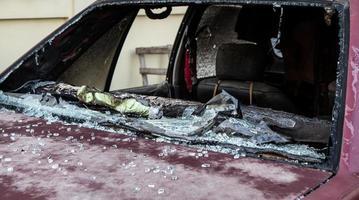 relitto bruciato auto foto