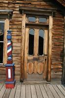 vecchia parte anteriore del negozio di barbiere foto