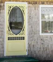 porta con schermo giallo foto