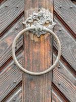 maniglia vintage sulla porta antica, sfondo foto