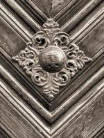 maniglia vintage sulla porta antica, sfondo