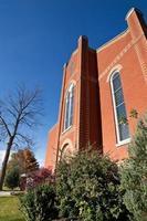 davanti alla chiesa moderna con mattoni arancioni foto