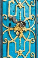 porta blu decorata con ornamenti dorati e maniglia foto