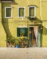 facciata colorata - burano, italia foto