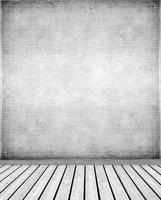 parete in stucco e pavimento in legno foto