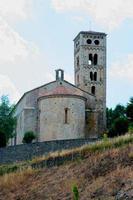 chiesa romanica nel villaggio di mollo.catalonia.spain foto