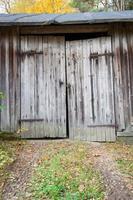 vecchia porta del fienile in legno foto