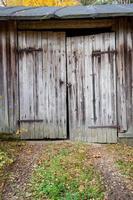 vecchia porta del fienile in legno