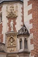 statua sulla facciata del clos luc㨠foto