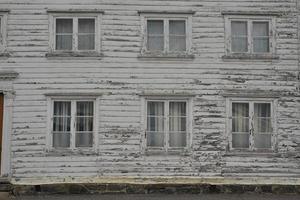 facciata di casa in legno invecchiato foto