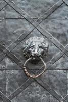 vecchia porta di ferro con battacchio a testa di leone foto
