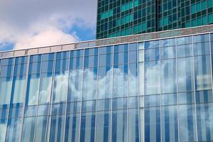 riflesso del cielo e delle nuvole in facciata di vetro foto