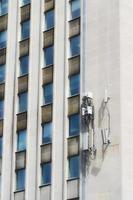 torre cellulare sul muro dell'edificio foto