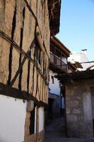 fachada adobe y galeria de madera foto